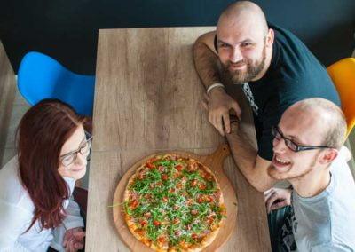 ludzie-jedzący-pizzę